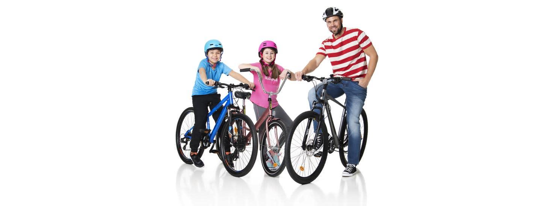 Koko perhe pyöräilee