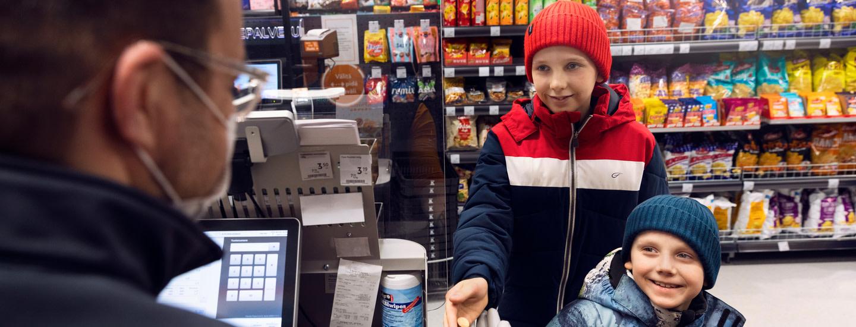 """Pienet asiakkaat oppivat lähikaupassa tärkeitä taitoja – """"Ne ovat aina liikuttavia tilanteita"""""""
