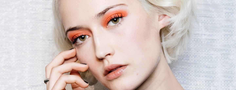 Kevään 2019 meikkitrendeissä hehkuvat rohkeat värit