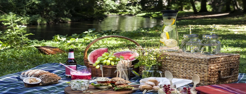 Vinkit kahteen erilaiseen kesäkattaukseen – fiiniin ja rentoon!