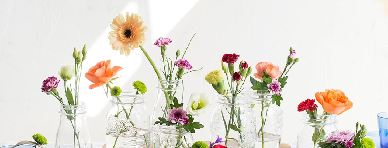 Koristele juhlakattaus kukilla, hedelmillä ja vihanneksilla