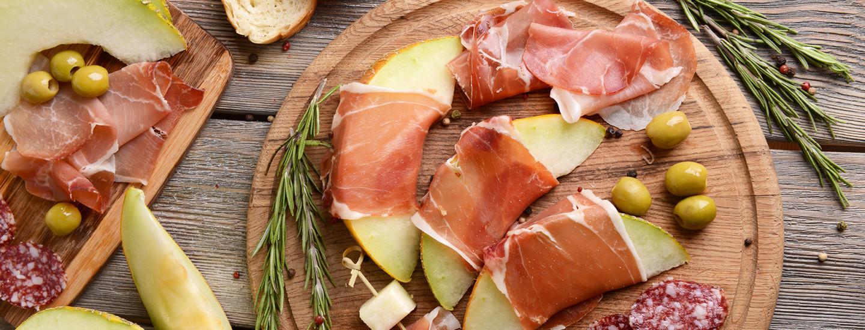 Juhlapöydän pienet suolaiset: juustot ja leikkeleet
