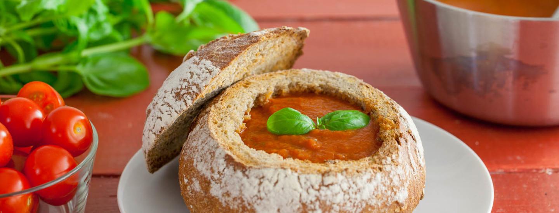 Tomaattikeitto leipäkuoressa