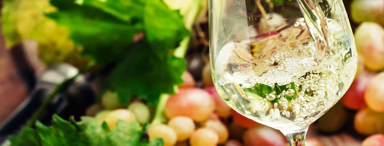 Laadukkaat miedot juomat seurusteluun ja ruokajuomiksi