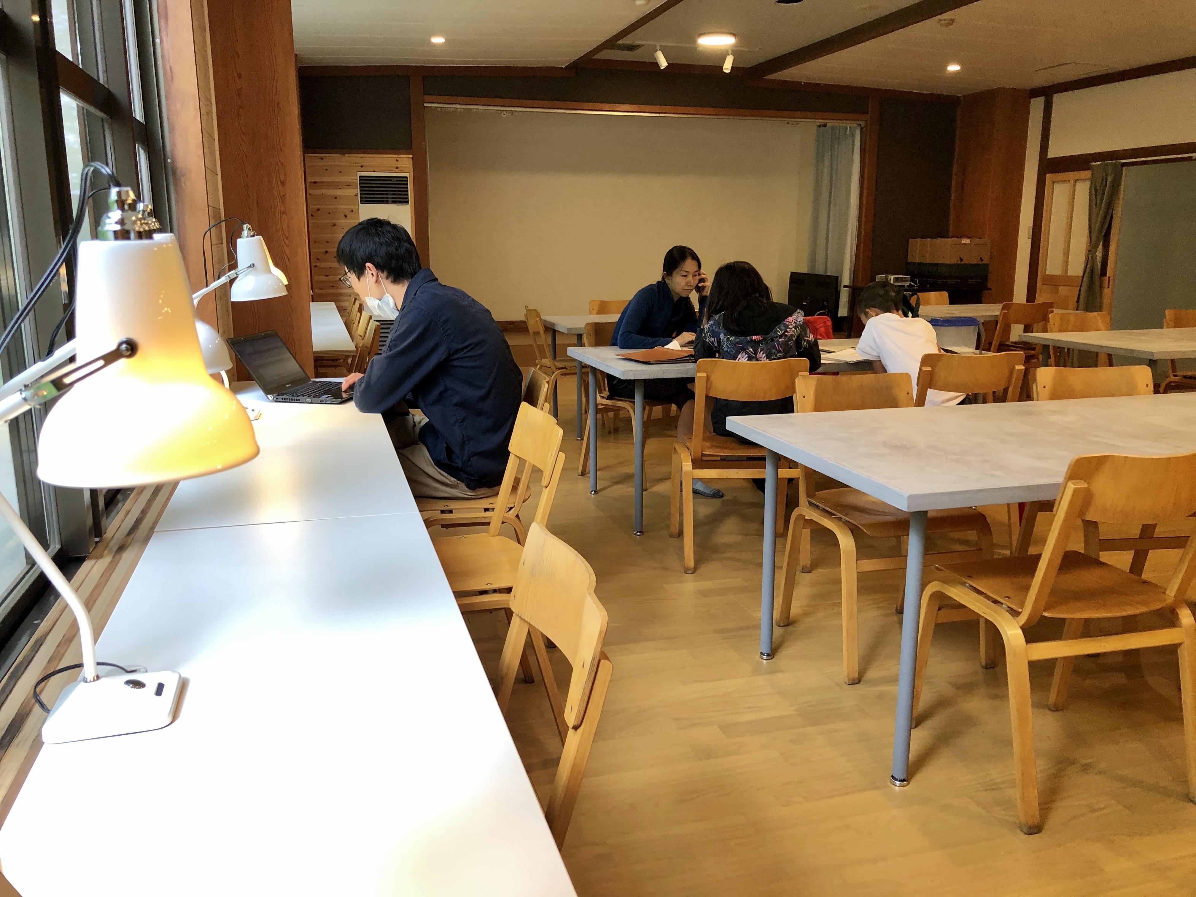ワークスペース2:温泉の宿 ゲストハウス雷鳥 | Workations(ワーケーションズ)