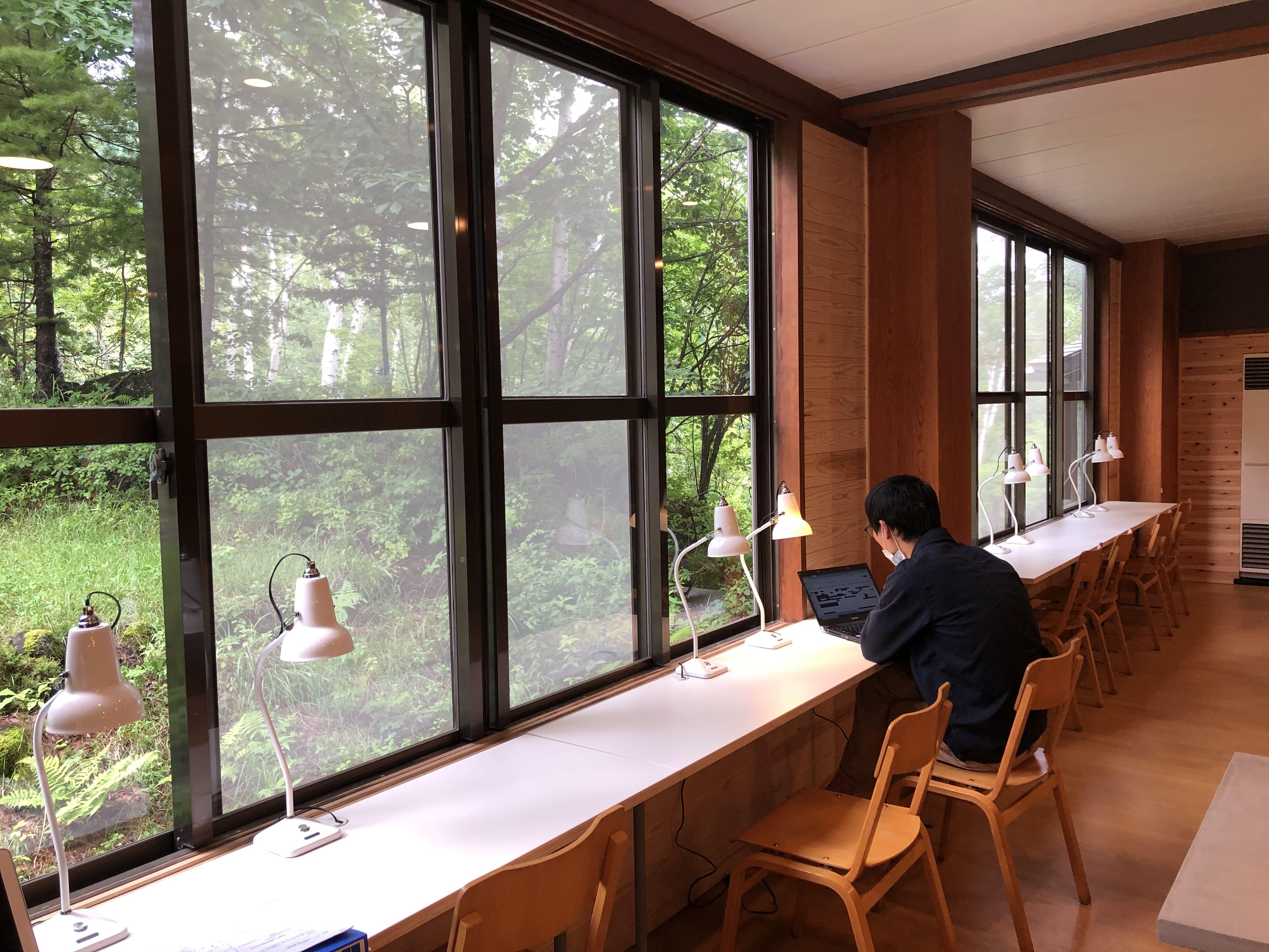 ワークスペース1:温泉の宿 ゲストハウス雷鳥 | Workations(ワーケーションズ)