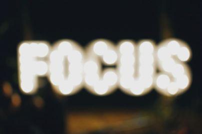 2020-07-30 - Comment rester concentré au travail en 2020 - focus écrit avec des lumières sur fond noir