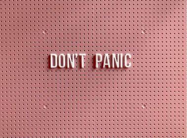 2020-07-30 - Comment rester concentré au travail en 2020 - don't panic écrit sur un fond rose