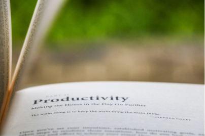 2020-07-30 - Comment rester concentré au travail en 2020 - livre ouvert avec le mot Productivity