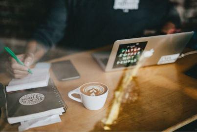 2020-07-30 - Comment rester concentré au travail en 2020 - bureau avec ordinateur portable, café et une personne qui écrit