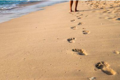 2020-07-30 - Comment rester concentré au travail en 2020 - traces de pieds sur une plage de sable
