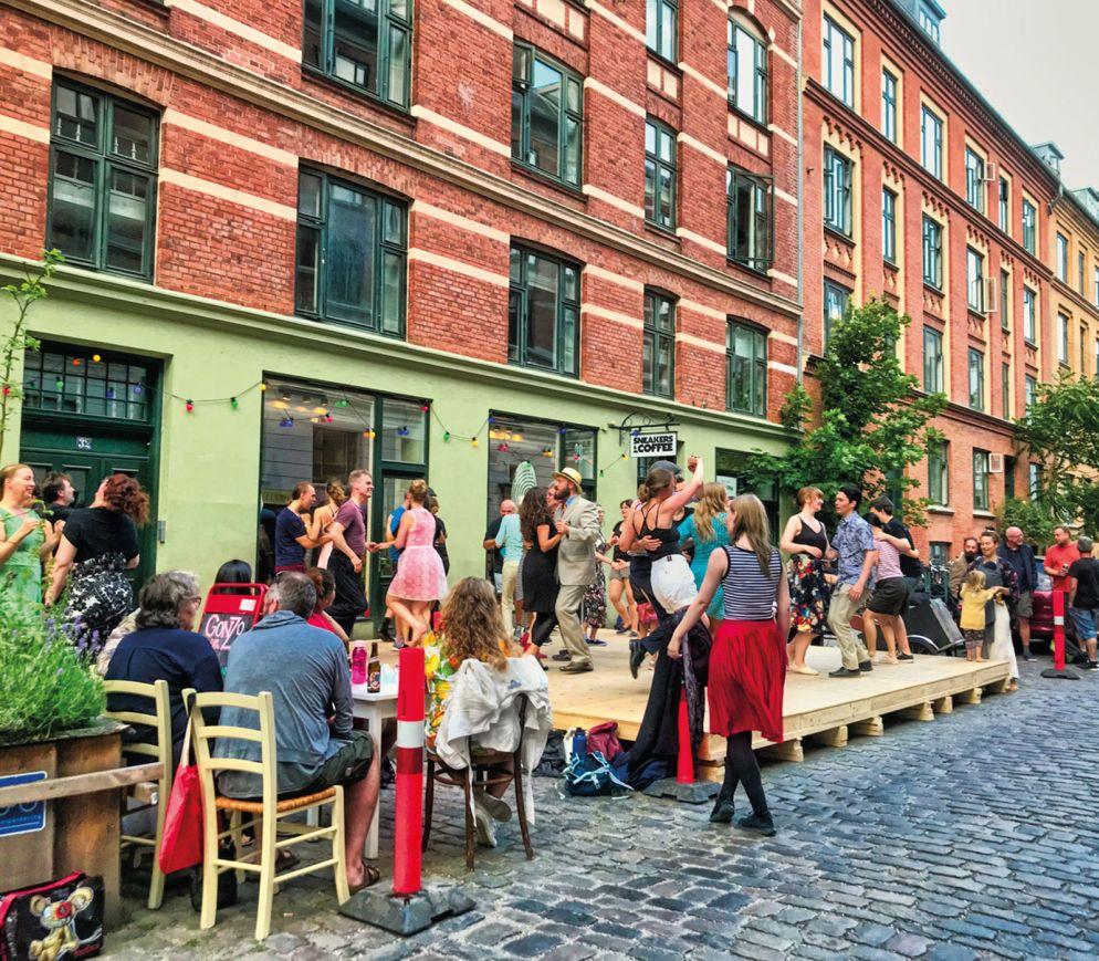 Vorhergehende Seite Nyhavn ist das touristische Zentrum und eines der meist fotografierten Motive von Kopenhagen. Oben Diese Strassenszene im Trendviertel Nørrebro fasst das Kopenhagener Lebensgefühl perfekt zusammen.