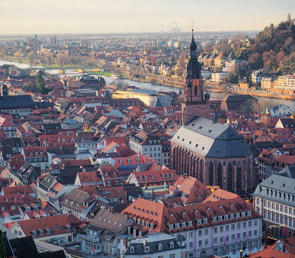 Die Heiliggeistkirche inmitten der Heidelberger Altstadt.