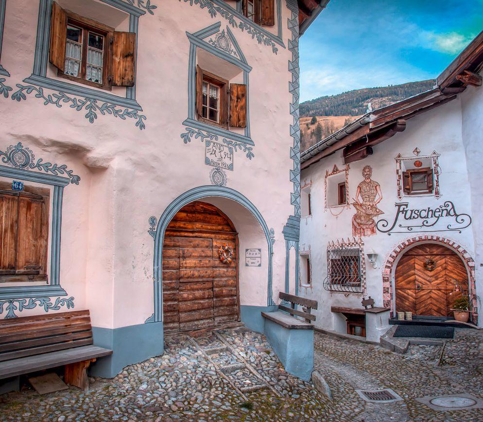 Typische Bündnerhäuser im Dorfkern von Bergün