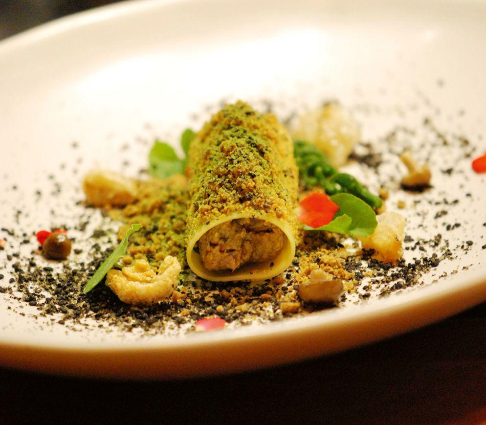 Taro-Galangaricotta-Canneloni mit knuspriger Schwarte, Crumble und Pilzen im «Locus Native Food Lab».