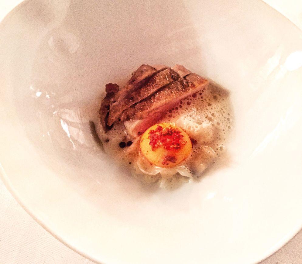 Bressehuhn mit Eigelb und Blumenkohl im «Le Gourmet»