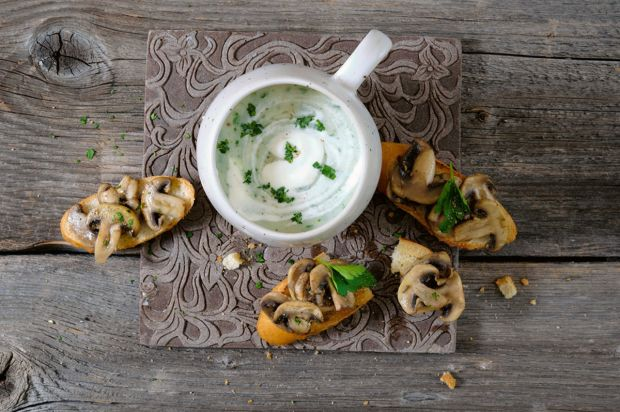 Petersilien-Sellerie-Suppe mit Pilz-Crostini