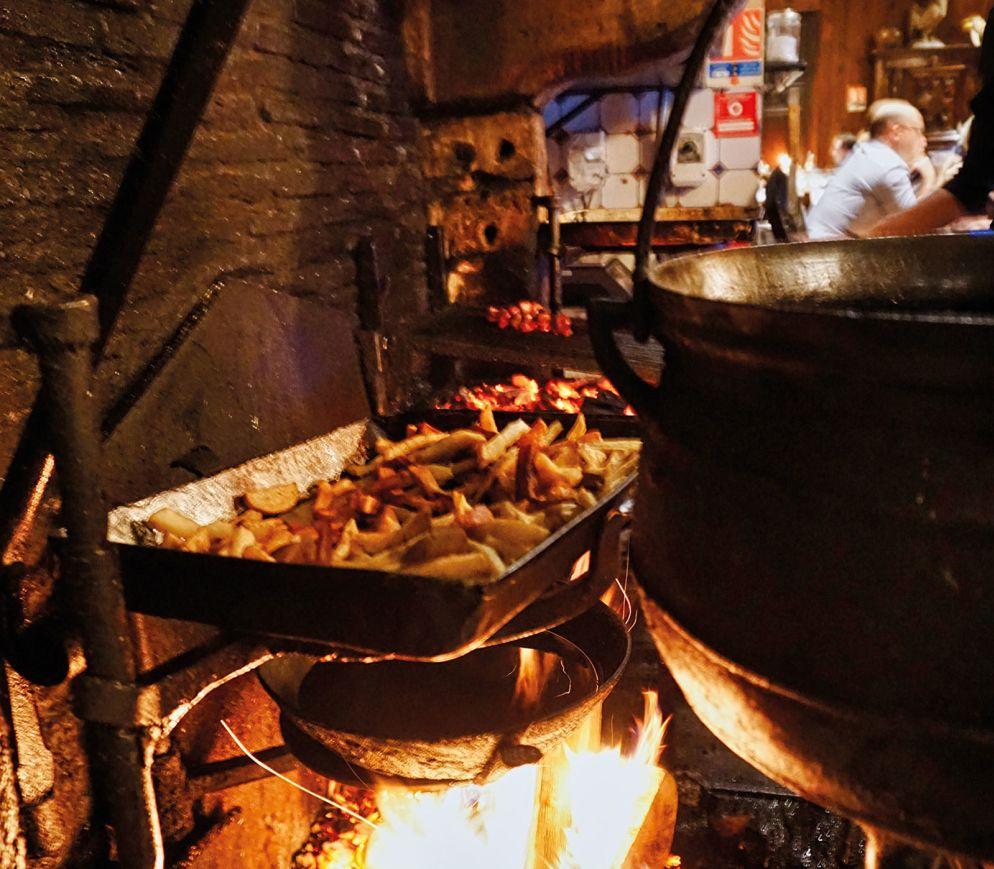 Kochen über offenem Feuer gebrutzelt, auch die Pommes frites.