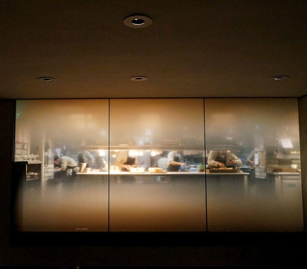 Erst kürzlich eröffnet, aber schon beinahe eine Design-Ikone: Der getrübte Blick in die Küche des «Hide»