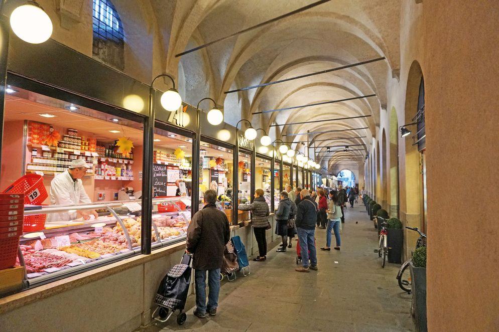 In den Arkaden des Palazzo della Ragione reiht sich ein Feinkostgeschäft an das nächste; hier gibt es auch eine riesige Auswahl an frischer Pasta.