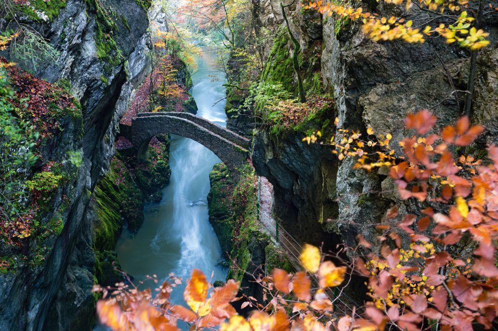 Unterwegs im Land der Feen: Alte Steinbrücke in der Areuse-Schlucht