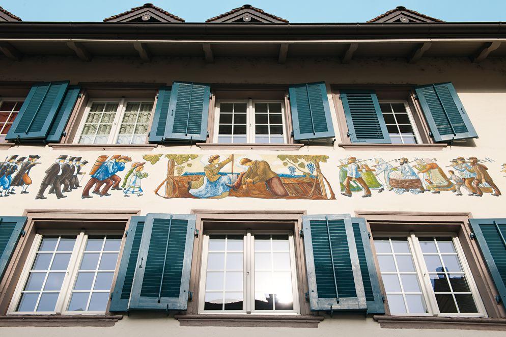 Die Stadt Schaffhausen mit Munot, der pittoresken Altstadt und überall reich verzierten Fassaden, die von der Bedeutung des Weinbaus in der Region zeugen.
