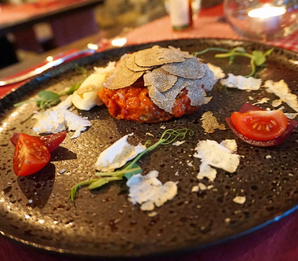 Tessiner Gastrokultur: Rindstatar mit Vallemaggiabrot, Alpenbutter, Belperknolle und Trüffel im «La Baita».