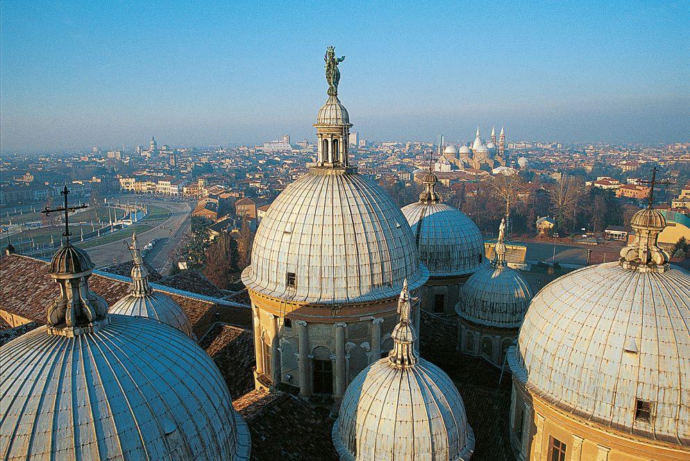 Die prachtvolle Architektur der Renaissance verfolgt einen in Padua auf Schritt und Tritt: Blick von den Türmen der Basilika Santa Giustina auf den Prato della Valle