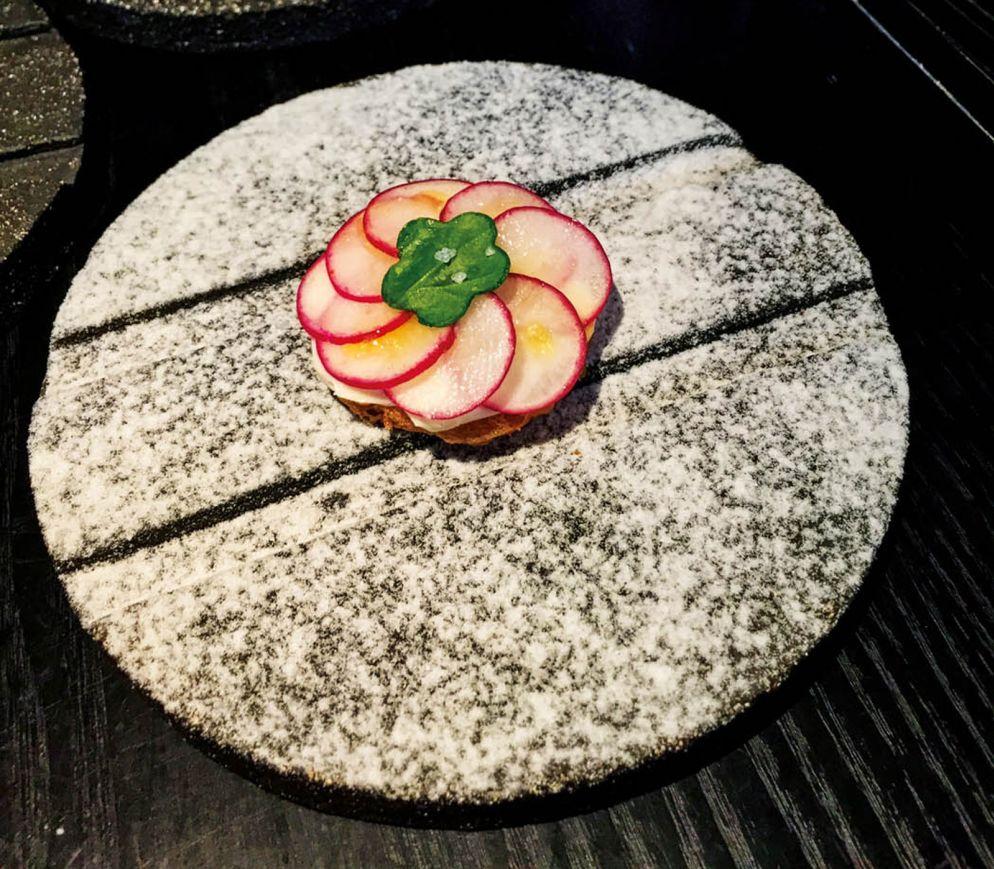 Das Käse-Körbchen mit Radieschen ist nur einer von vielen raffinierten Snacks im «Džiaugsmas».