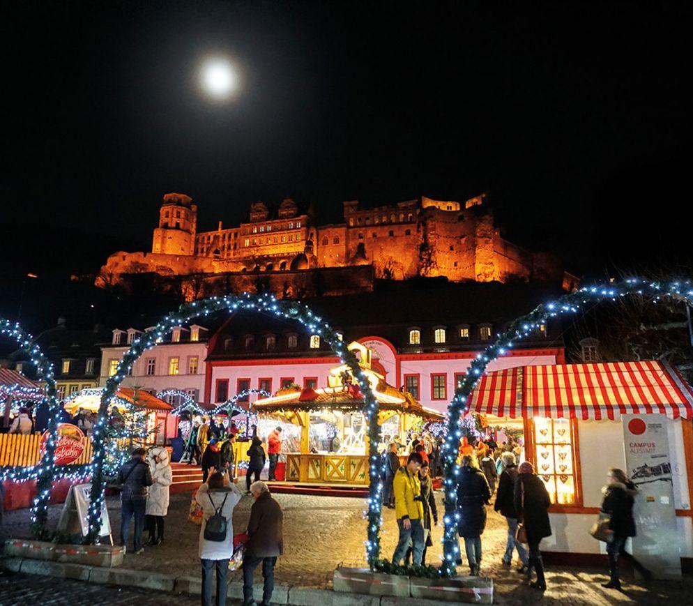 Das Heidelberger Schloss dominiert auch während des Weihnachtsmarkts die Szenerie.