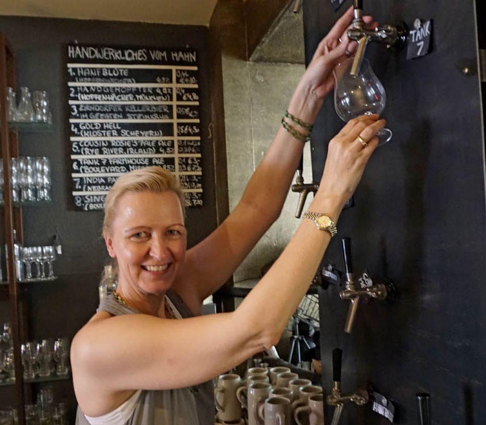 Craftbier frisch gezapft: Andrea Waldecker, Chefin des «Meisterstücks», am hauseigenen Tap Tower.