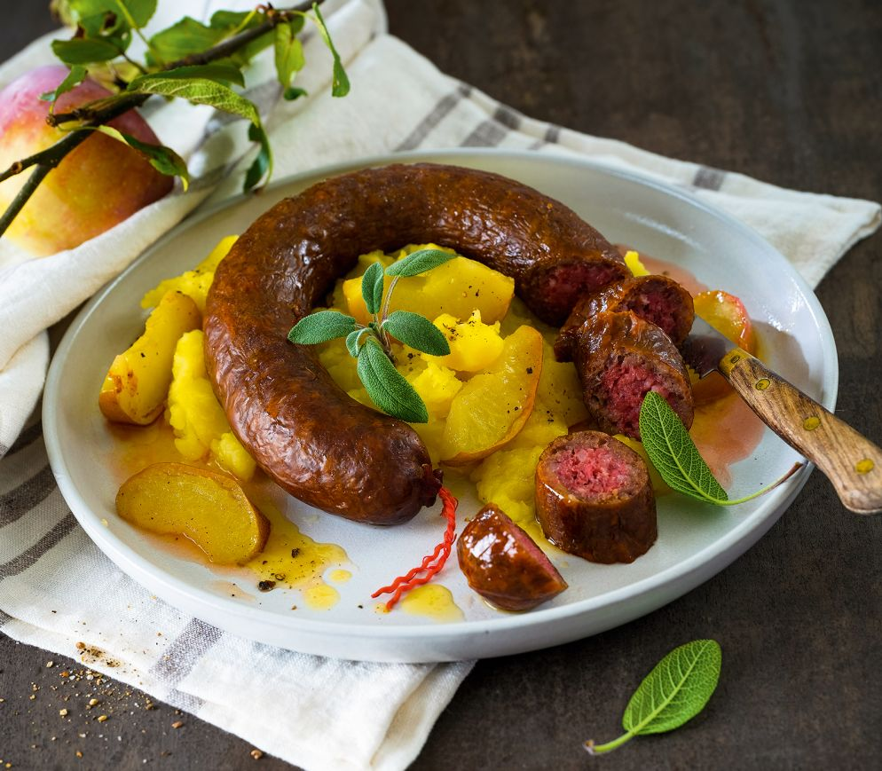 "<a href=""https://www.wildeisen.ch/rezepte/kartoffel-apfel-pueree-mit-saucisse%E2%80%93breule-meute"" target=""_blank"">Kartoffel-Apfel-Püree mit Saucisse – Breûle-meuté</a>"