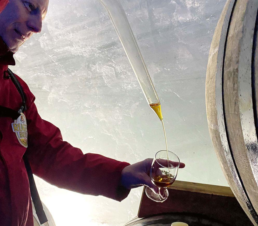 Master-Distiller Kurt Althaus degustiert seinen «Ice Label»-Whisky.