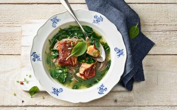 Teriyaki-Lachs-Suppe mit Spinat