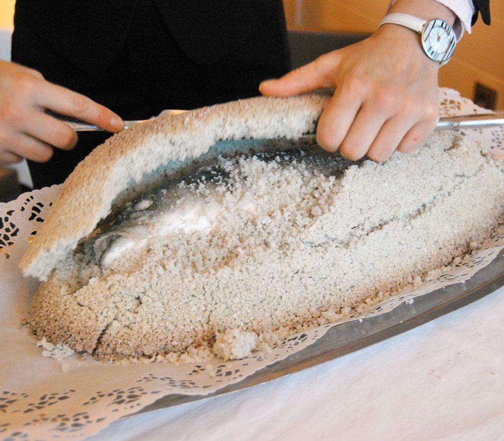 Magischer Moment im Restaurant «L`Océan» : Der Loup de mer wird von seinem Salzmantel befreit