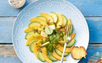 Avocado-Mango-Carpaccio mit Peperoncinodressing