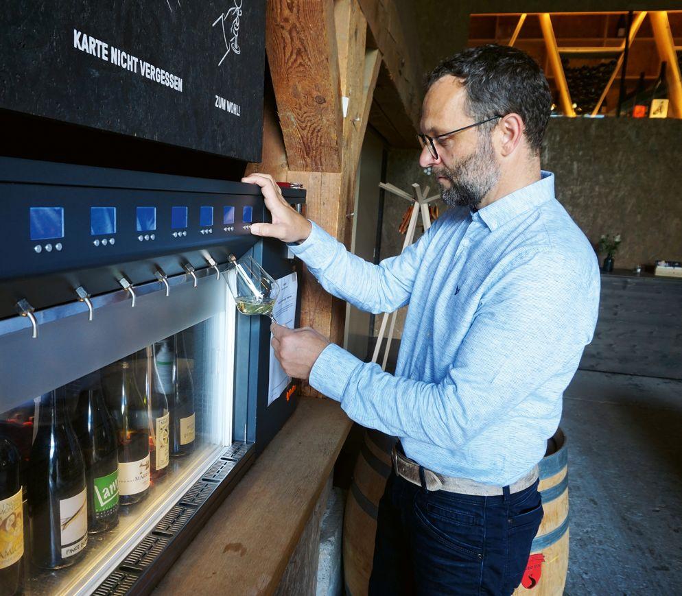 Nach Herzenslust degustieren: Franco Jenal an der Weinstrasse des «Stall 247».
