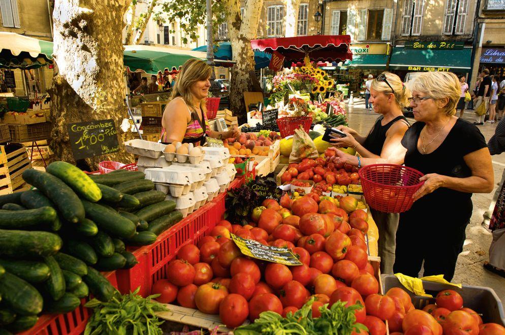 Hier gibt es nur beste Produkte aus der Region: Der Früchte- und Gemüsemarkt auf der Place Richelme findet jeden Tag statt.