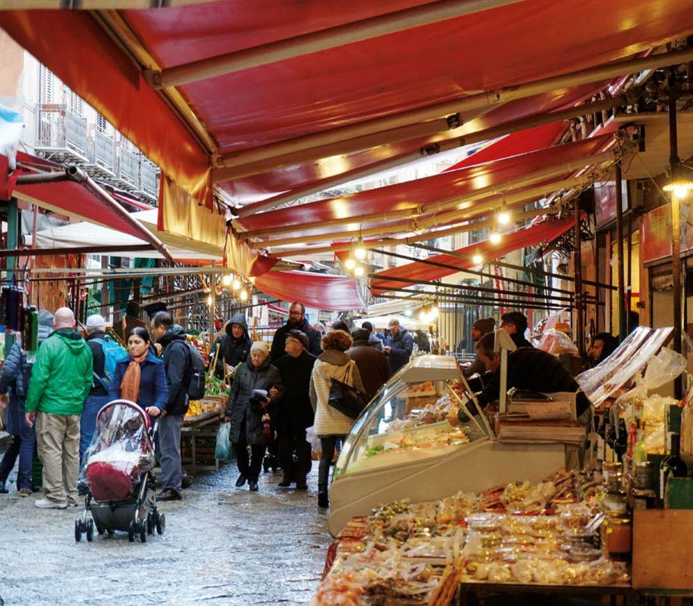 Auf dem Capo-Markt: Hier versorgt sich ein Grossteil der Palermitaner mit Lebensmitteln, Supermärkte spielen eine eher untergeordnete Rolle.