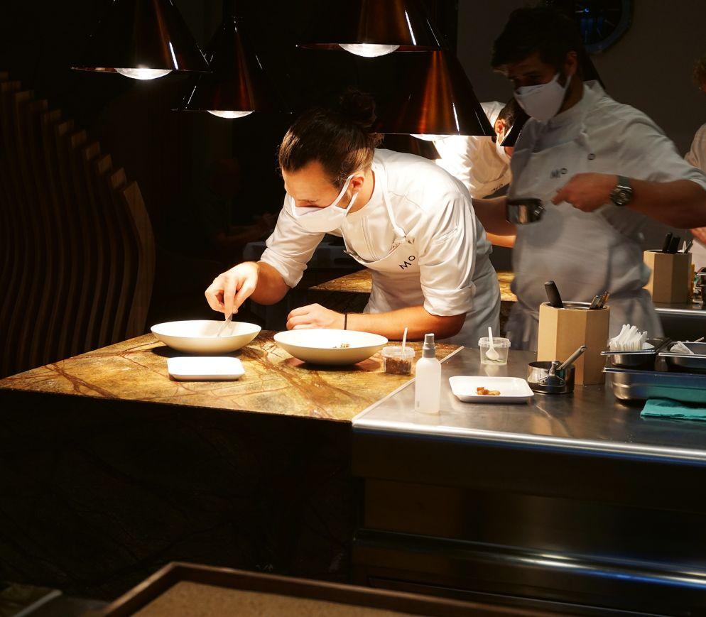 Anrichten in Zeiten von Corona: In der offenen Küche des «Memories» gibt es keine Geheimnisse.