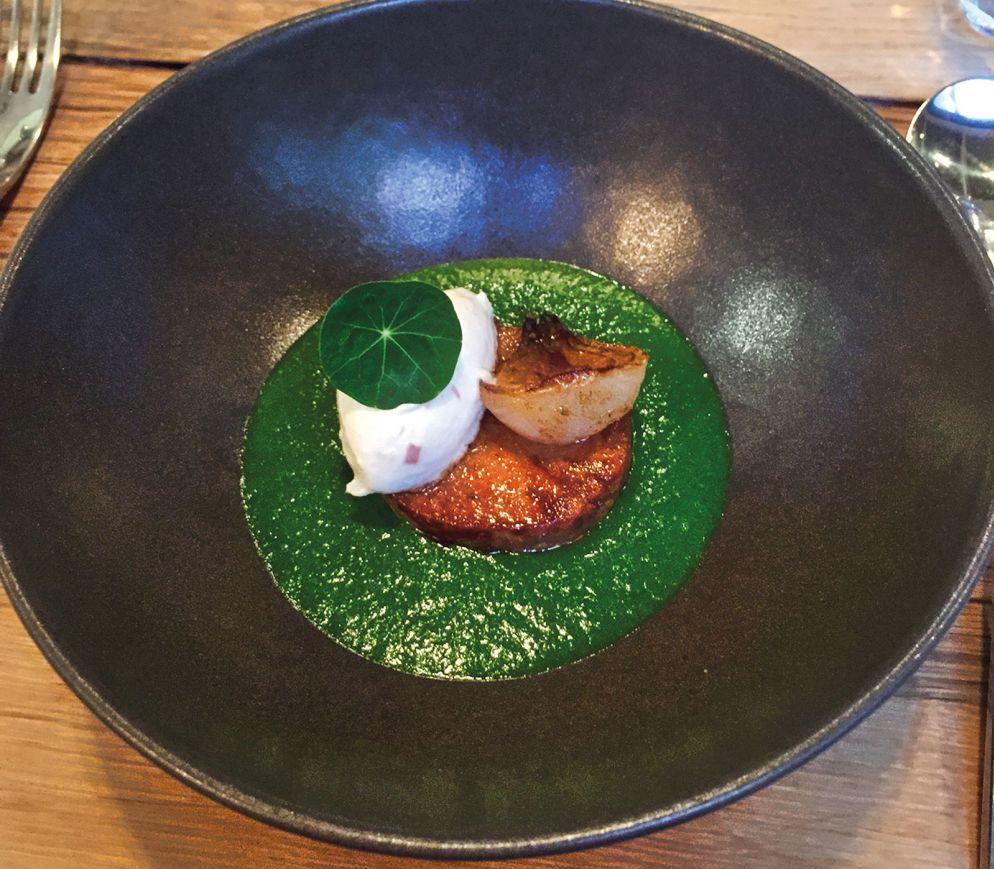 Ein typisches Gericht im «Garopapilles»: Confierte Kalbshaxe mit caramelisierter Zwiebel, Meerrettichcreme und Kräutersüppchen.