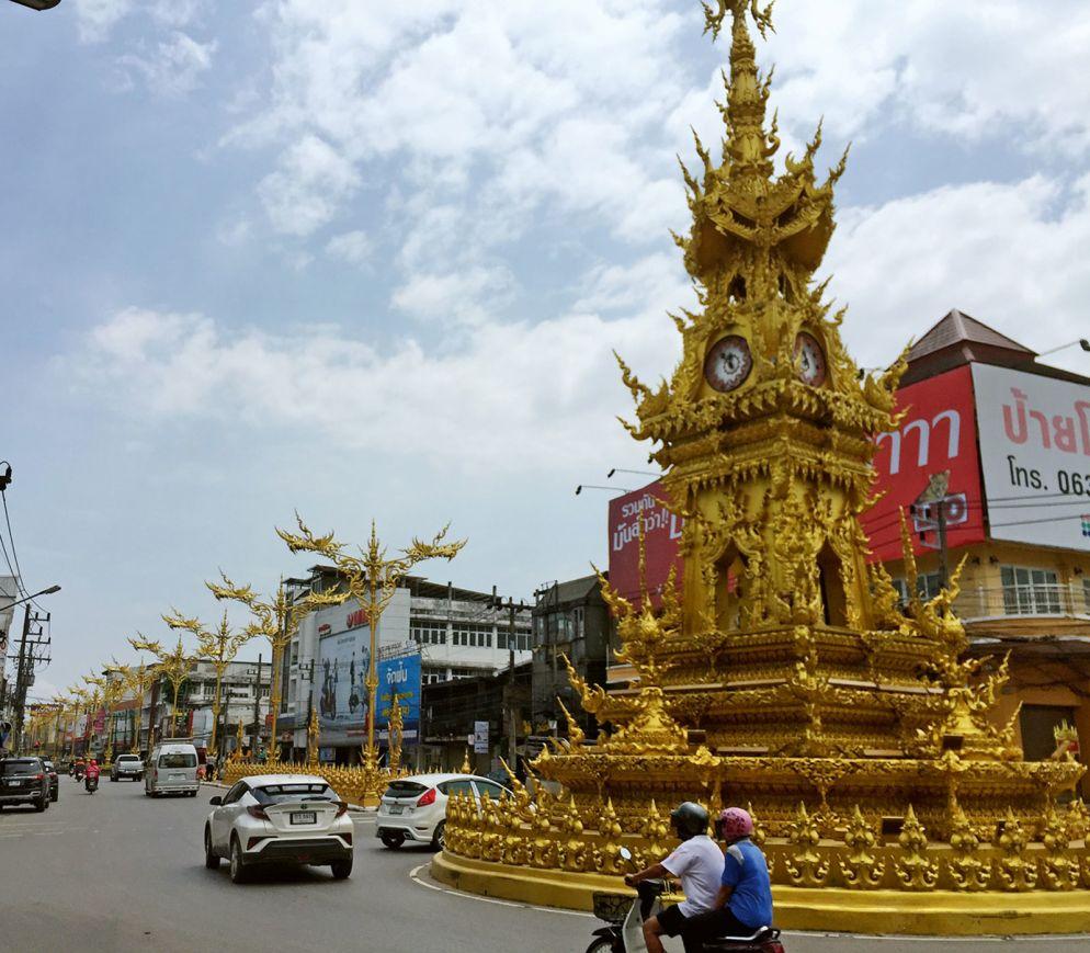 Der kunstvoll gestaltete «Clocktower» markiert das lebendige Zentrum von Chiang Rai.