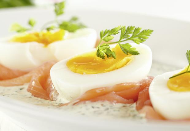 R ucherlachs eier an kr utersauce annemarie wildeisen 39 s - Eier platzen beim kochen ...