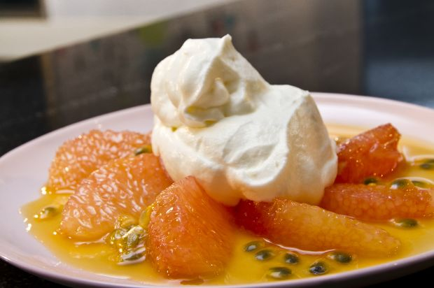 Syllabub mit marinierten Grapefruits