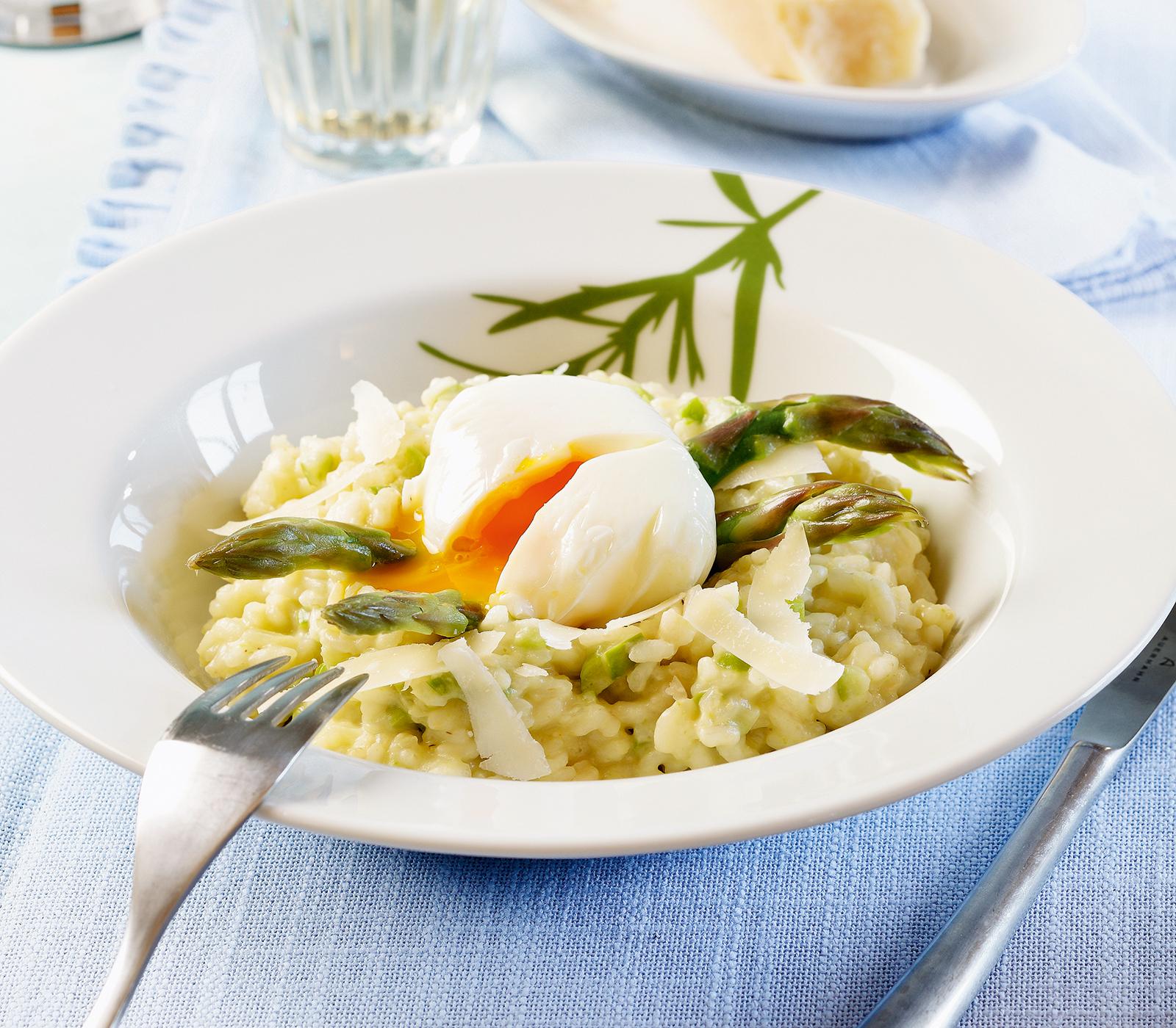 Spargelrisotto mit pochiertem ei annemarie wildeisen 39 s kochen - Ei kochen mit eierkocher ...