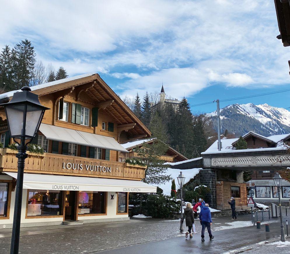 Es ist kein Geheimnis, dass Gstaad bei gutbetuchten Gästen sehr beliebt ist. Nichtsdestoweniger besuchen viele den Ort vor allem wegen seiner Ruhe und alpinen Idylle.