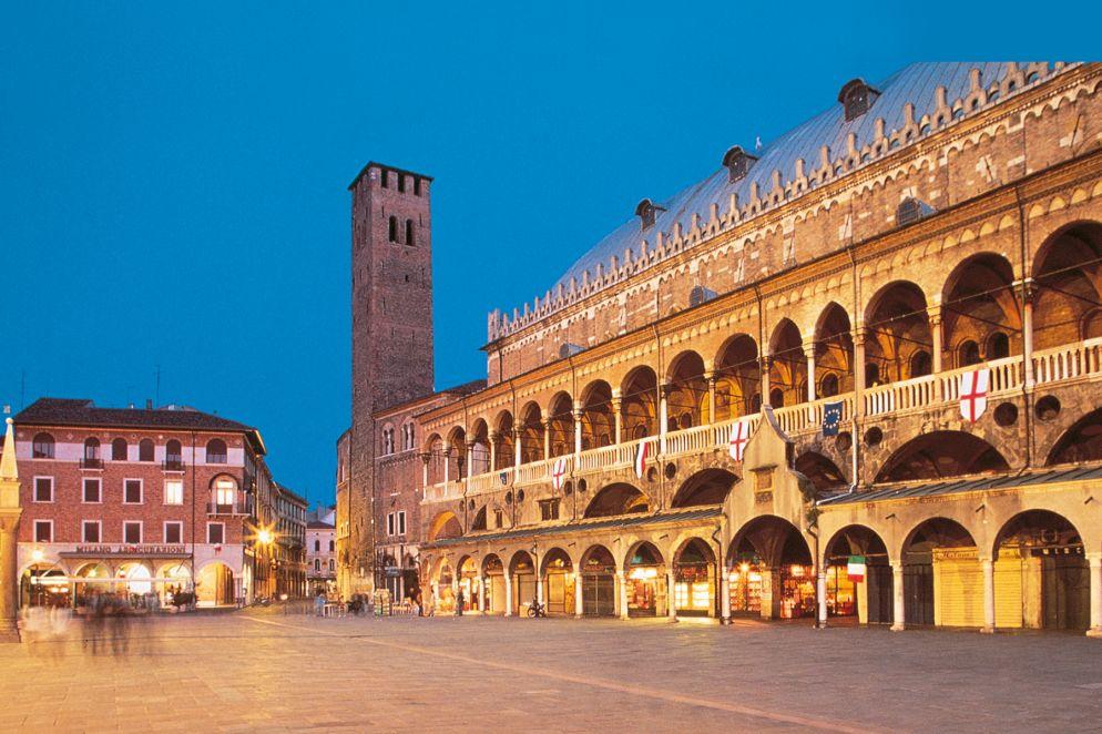 Palazzo della Ragione von der Piazza dei Frutti aus gesehen