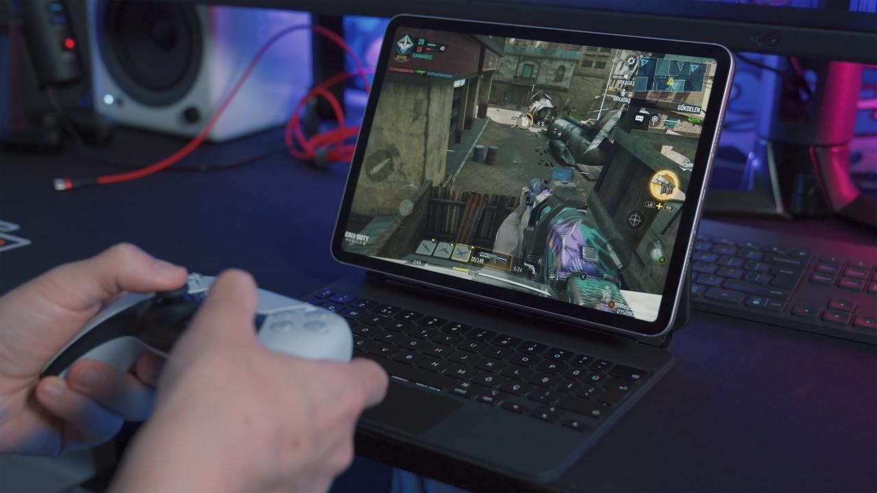 Osoba grająca w COD:MOBILE na IPadzie
