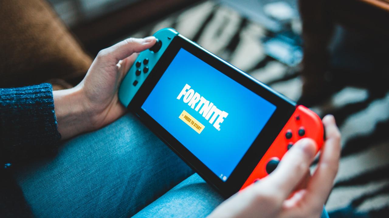 Osoba grająca w Fortnite na Nintendo Switch