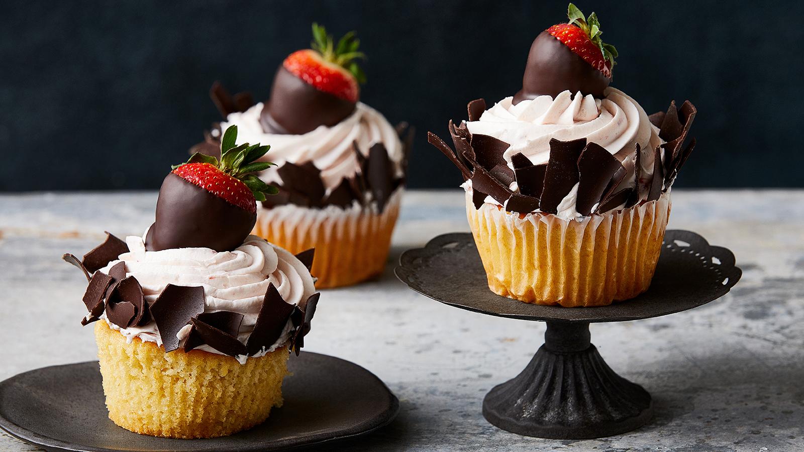 Chocolate-Dipped-Strawberry-Cupcakes